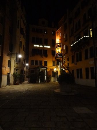Hotel Al Codega : Courtyard at night