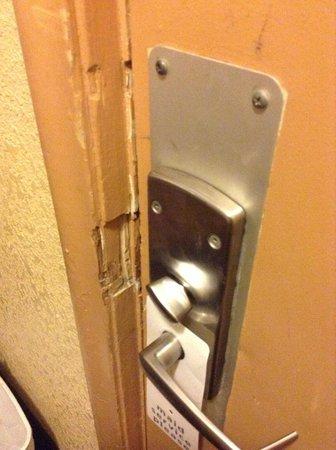 Northwood Inn and Suites : door unsafe