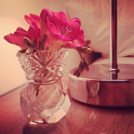 Nurses Cottage Bed & Breakfast: Flowers left on the bedside table