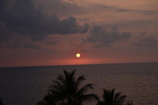 Sheraton Kona Resort & Spa at Keauhou Bay : Sunset from pool side