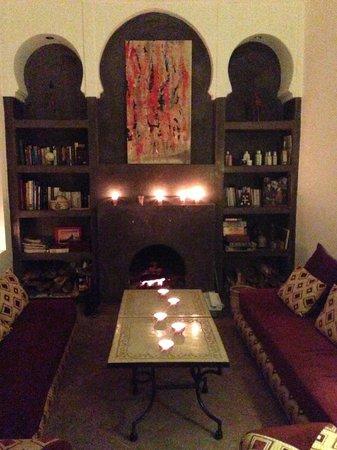 Riad Limouna: Kamin im Kerzenlicht im Aufenthaltsraum
