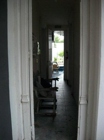 Posada Las Quintas: Corredor para os quartos.