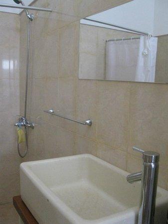 Posada Las Quintas: Parcial do banheiro quarto #7. Grande, mas bem básico.