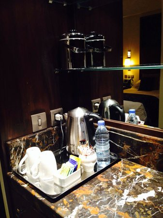 Makkah Clock Royal Tower, A Fairmont Hotel: daily bottled water and tea/coffee making bar