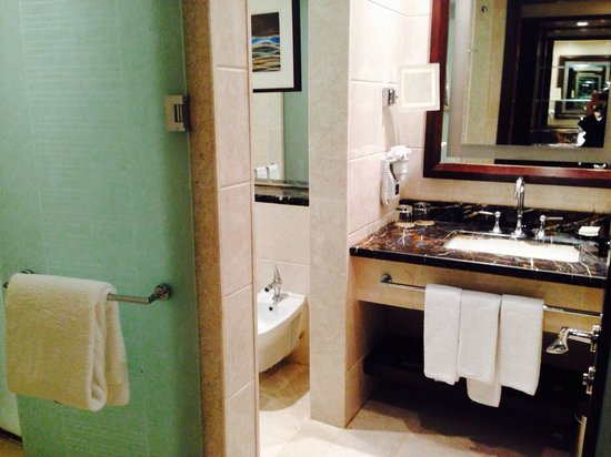 Makkah Clock Royal Tower, A Fairmont Hotel: seperate toilet n shower enclousures