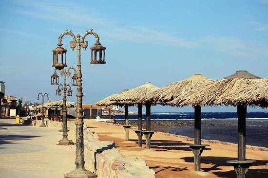 Lagona Dahab Hotel: View of grass umbrellas on the beach, right in front of the hotel