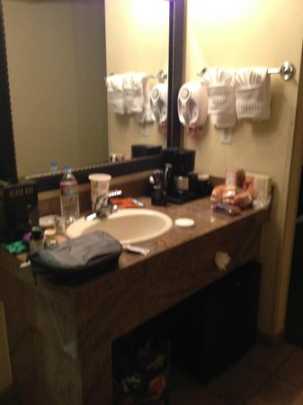Best Western Plus Arroyo Roble Hotel & Creekside Villas: Bathroom vanity