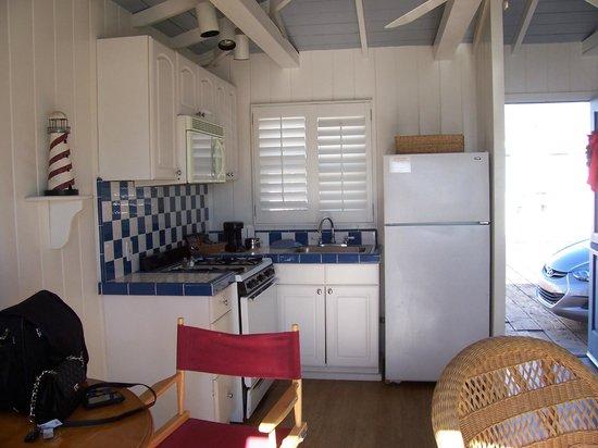 Crystal Pier Hotel & Cottages : Kitchen of Cottage #15