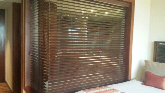 Hotel Dreams Araucania: Vista del baño desde la habitación. Hay disponibles dos accionamientos eléctricos interiores par