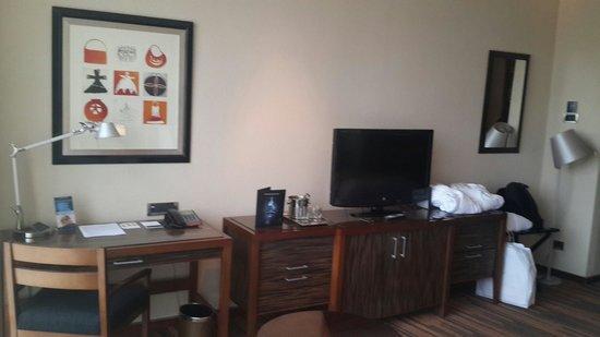 Hotel Dreams Araucania: Vista del escritorio y la cómoda. Incluye en su interior un frigobar.