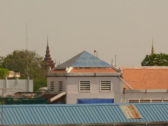 Flamingos Hotel: Из окна номера видны шпили музея и королевского дворца