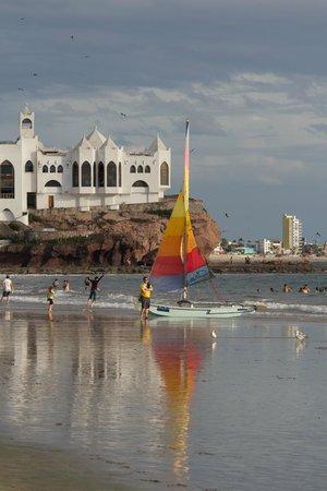 Hotel Playa Mazatlan: Beach scene with nightclub in the background