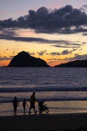 Hotel Playa Mazatlan: Family walk on the beach in the evening