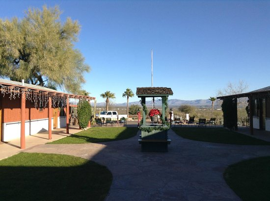 Flying E Ranch : Looking out from the lodge to the entrance