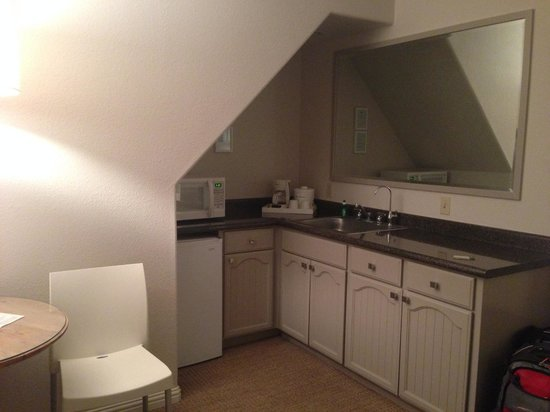 Lithia Springs Resort: Kitchenette (photo taken at night)