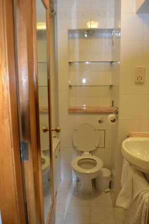 Travelodge London Farringdon: bagno con vasca