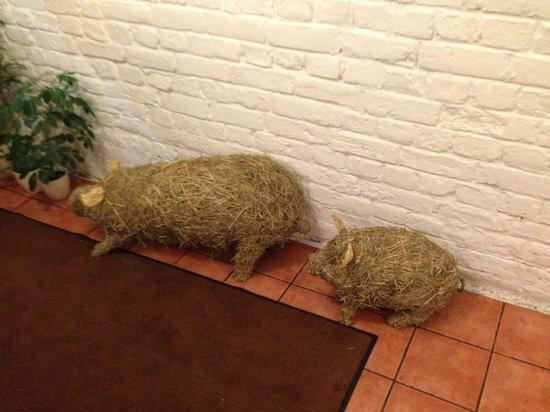 Valtera Restorans: Свинки при входе