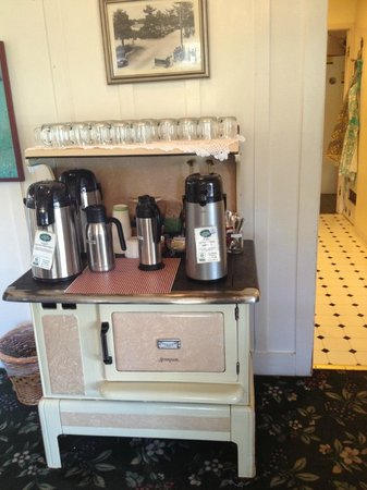 Carmel Green Lantern Inn: Breakfast..a very nice piece of furniture