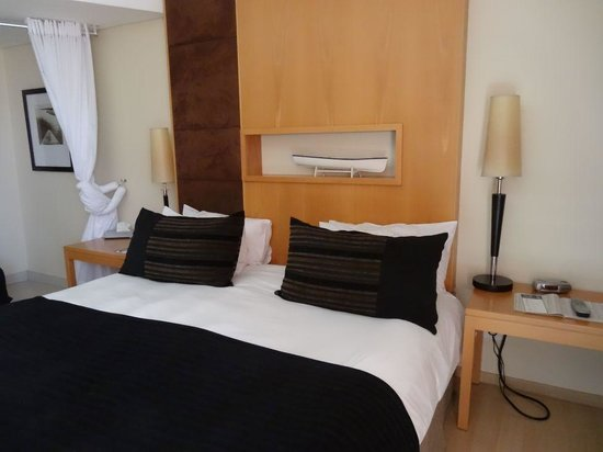 Island Club Hotel & Apartments : Double bed with bathroom curtain