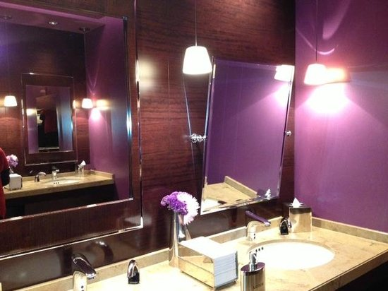 Sofitel Chicago Magnificent Mile: 2nd story ladies bath- just loved the purple!