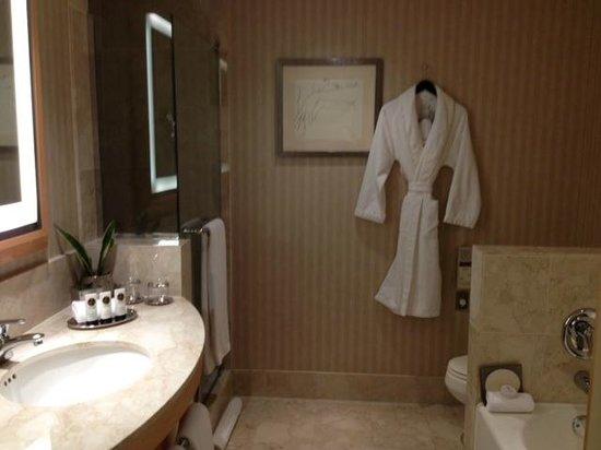Sofitel Chicago Magnificent Mile: our suite bathroom- SO luxurious