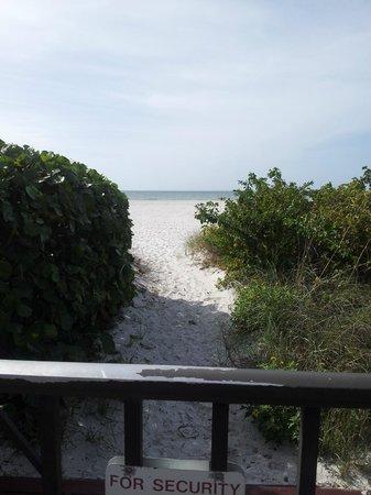 Gulf Beach Resort: walkway to beach from resort