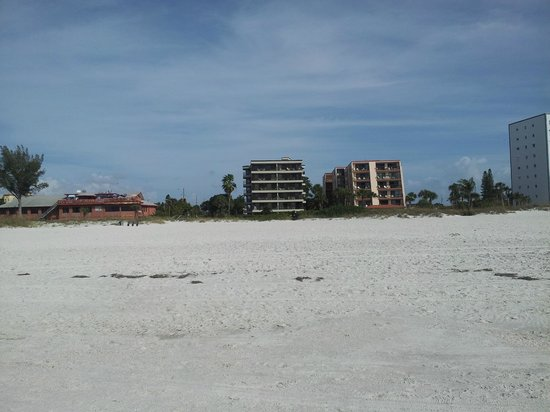 Gulf Beach Resort : resort from beach