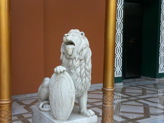 Cairo Marriott Hotel & Omar Khayyam Casino: One of the lion statues at the front entrance