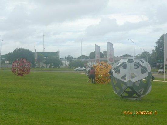 Memorial JK: bolas gigantes em frente ao memorial