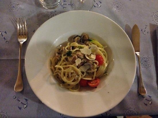 Gastronomia La Vongola: primo con pasta bianca, vongole, fiori di zucca e scaglie di parmigiano..da provare!