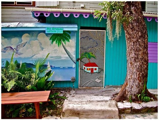 Rhoda's Guest House and Tillett Hostel: (outside the guesthouse)