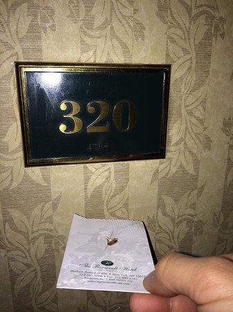 The Roosevelt Hotel: Cafard découvert vivant dans cette chambre.