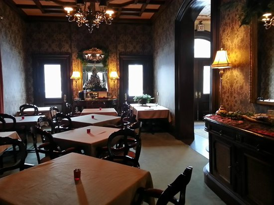 Wheeler Mansion: Quaint dining room with beautiful furniture, walls, ceiling, chandeliers, et al!