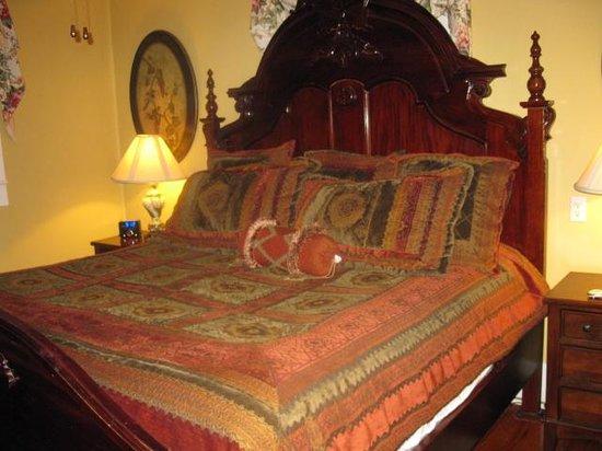 Casablanca Inn on the Bay: Bedroom, very comfy.