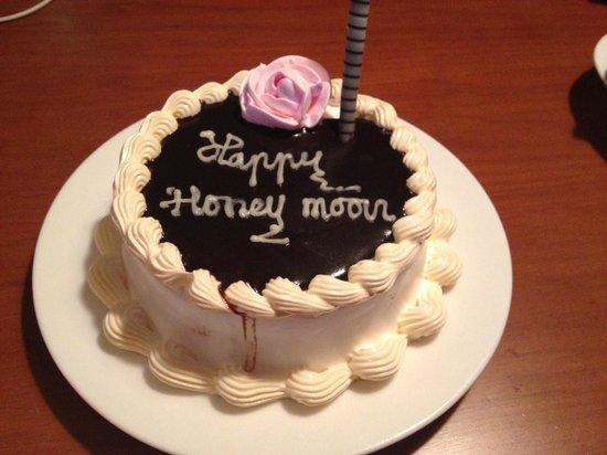 Sunrise Premium Resort Hoi An : Surprise cake