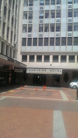 Fountains Hotel: Hotel Entrance
