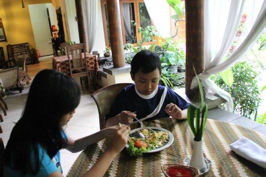 Rumah Mertua: makan di beranda