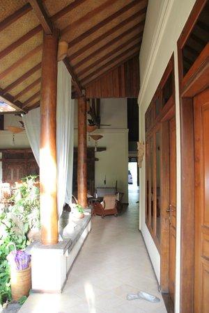Rumah Mertua: lorong depan kamar