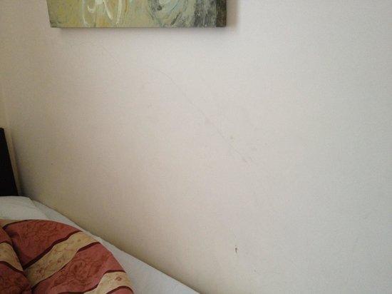 Belmont & Astoria Hotels: Murs défraichis