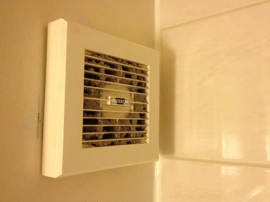 Belmont & Astoria Hotels: Ventilation de la salle de bain. Le dernier nettoyage remonte surement à la naissance de la rein