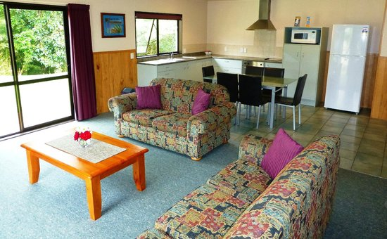 Whangarei TOP 10 Holiday Park: Motel - 4 Bedroom; living area