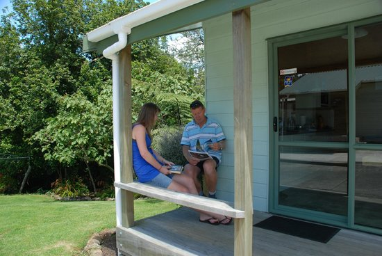 Whangarei TOP 10 Holiday Park: Relaxing deck