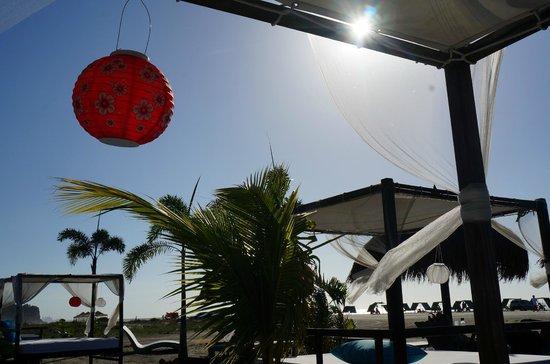 Karmairi Hotel Spa: Espaço na praia para relaxar
