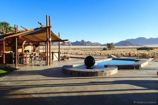 Desert Camp: Piscina integrada ao entorno