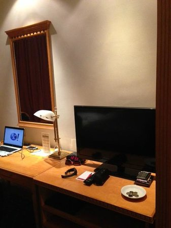 BEST WESTERN PLUS Hotel Hong Kong: Table & TV