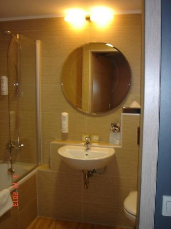 Hotel Galaxy : clean bathroom with dove bath soap and shower gel