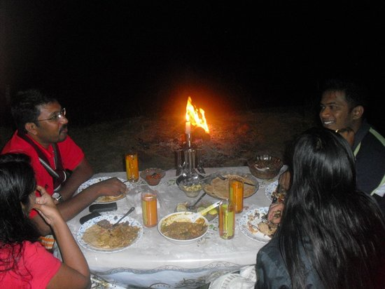 Ripples N Rocks Homestay : Dinner with Camp fire on the river side at Ripplesnrocks