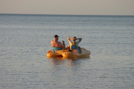 Gulf View Waterfront Resort: see the broken seat