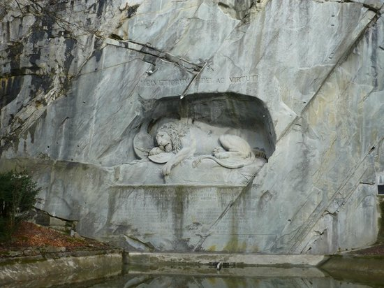 Löwendenkmal: View of Lion and Pond