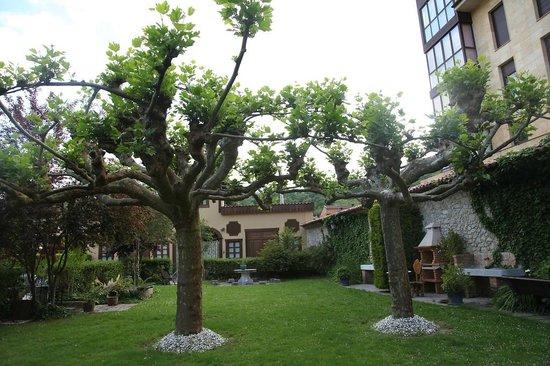 Apartamentos Turísticos 3 llaves  LA  PONTIGA: Back of hotel grounds